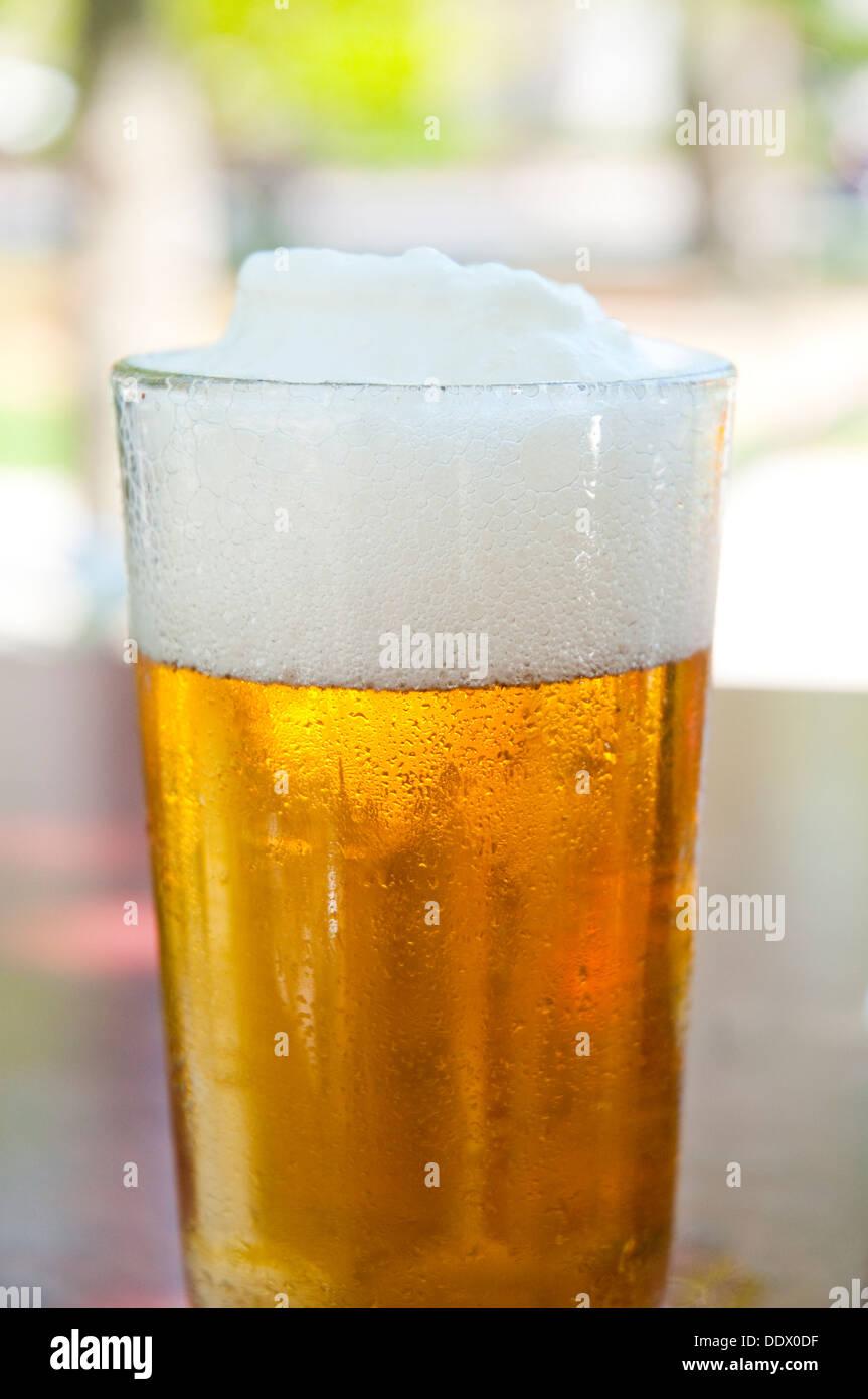 Vaso de cerveza, vista de cerca. Imagen De Stock