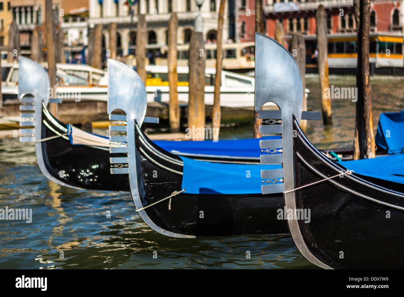 Tres góndolas venecianas amarrados en una calle de agua en Venecia, Italia Imagen De Stock