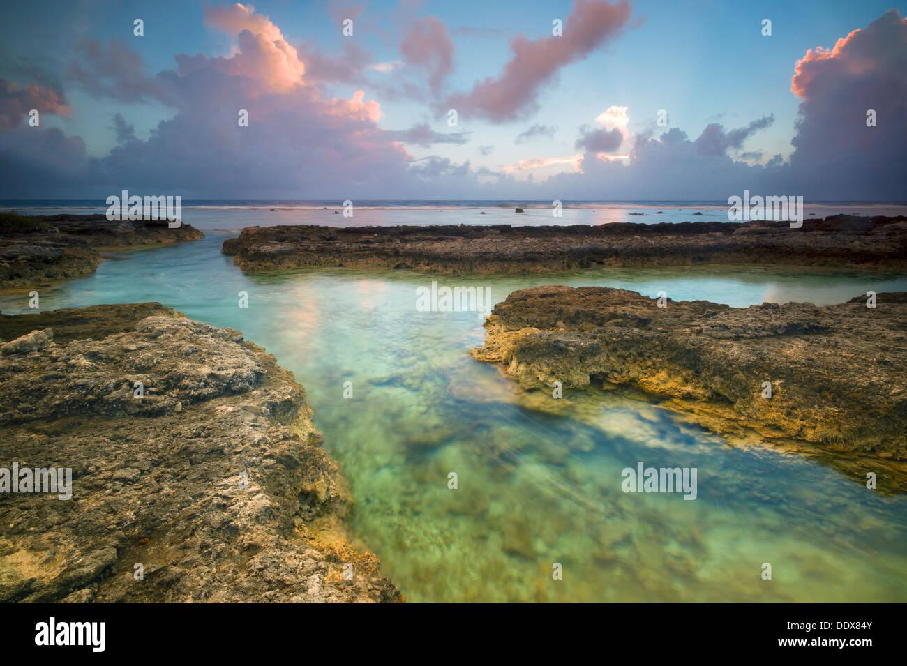 Sunrise shot del lado del Océano Pacífico de Bora Bora. La Polinesia Francesa Foto de stock
