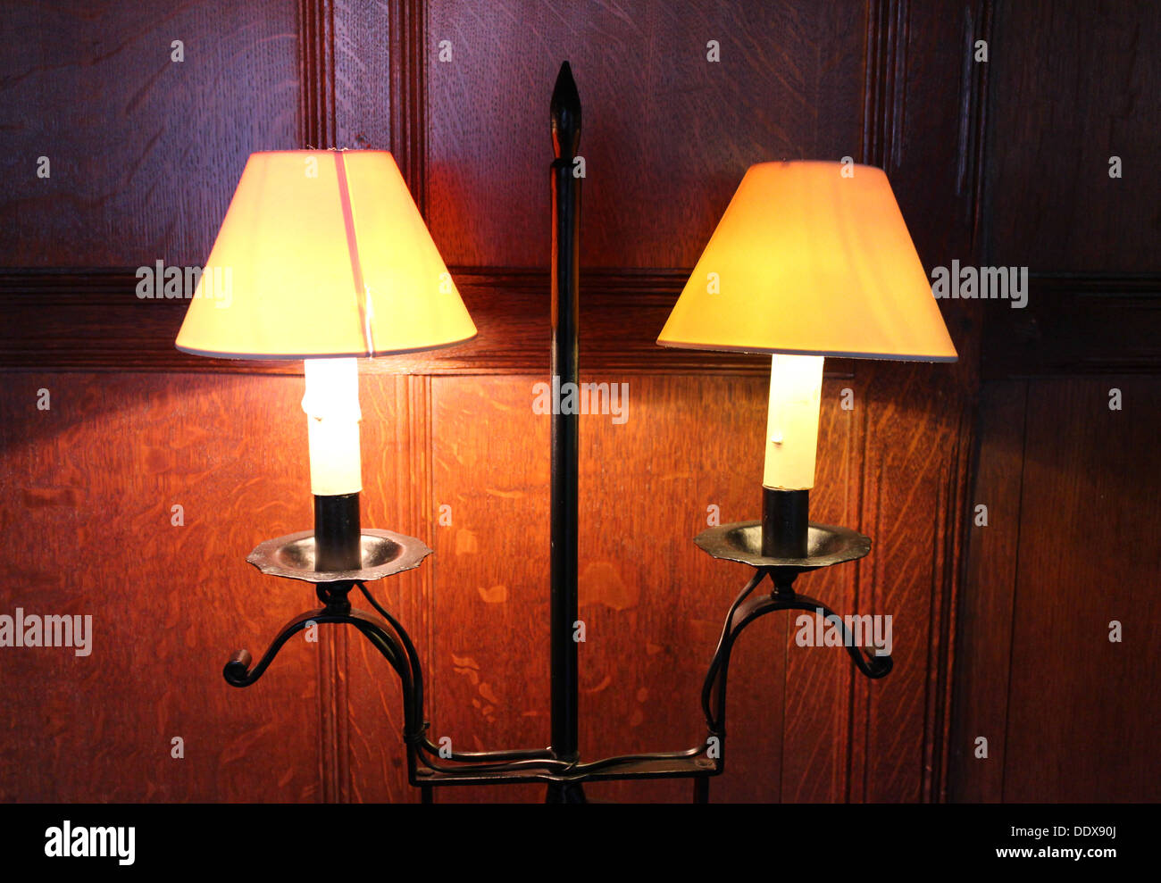 Dos lámparas eléctricas de 1920 montado en la pared con paneles de madera en el fondo Imagen De Stock
