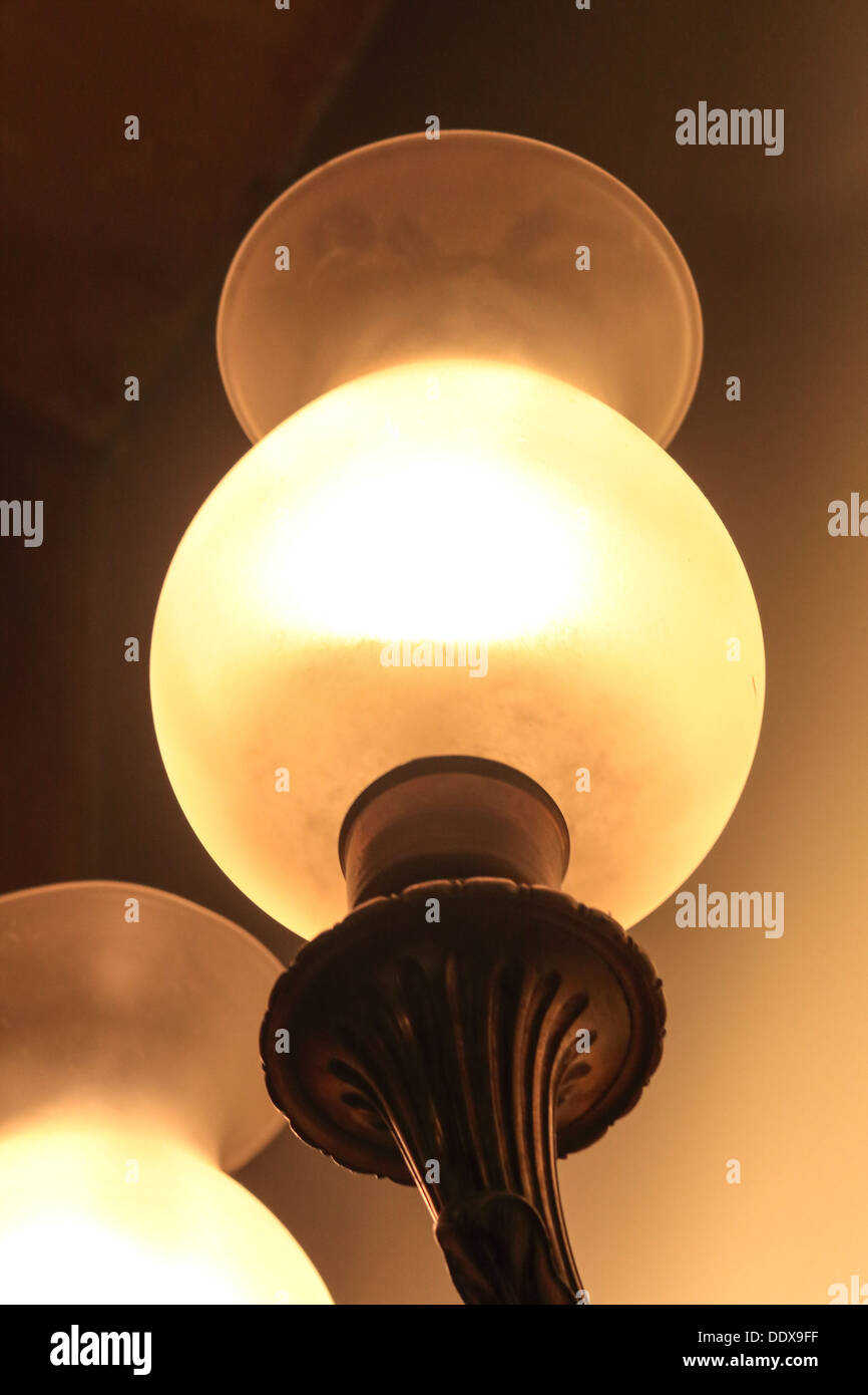 La luz ambiental de una lámpara de gas montada en la pared Imagen De Stock