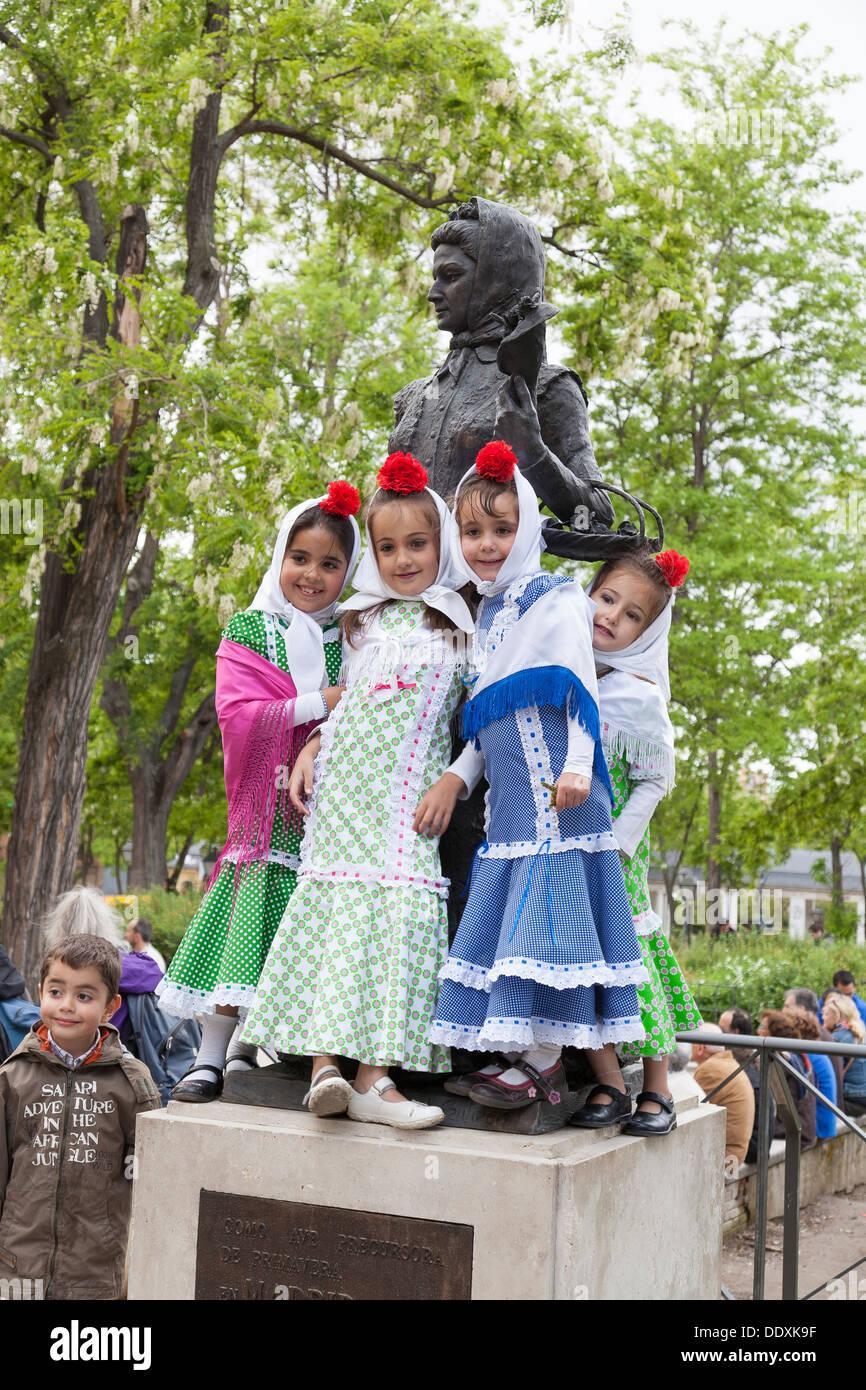 Vestidas Chulapas El Isidro De Festival Plantean En San Como Niñas kXZnw8P0NO