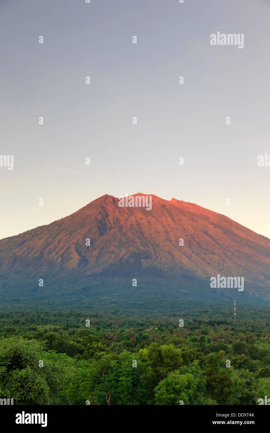 Indonesia, Bali, Bali, Tulamben Oriental, Volcán Gunung Agung lado norte y campos cultivados Imagen De Stock
