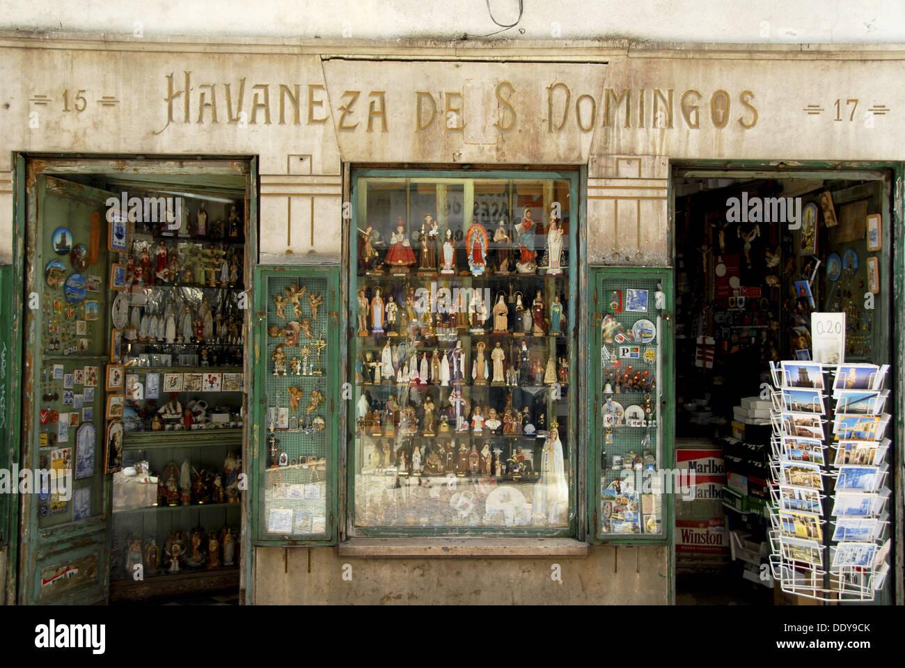 da8ecaed6fb Tienda que vende artículos religiosos en la Rua Barros Queiros.  Restauradores