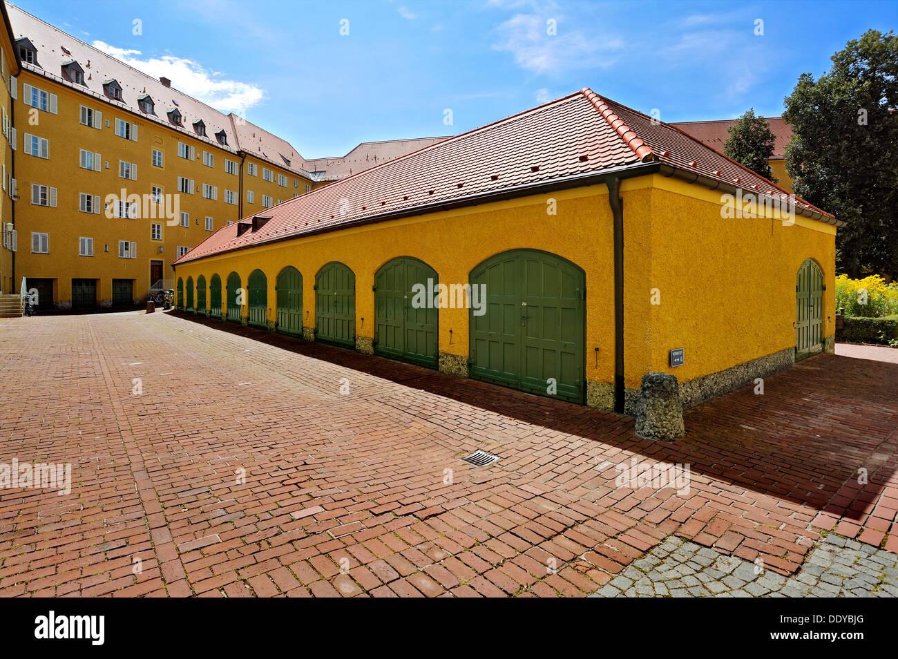 Garajes y puertas de garaje en el Borstei, un patrimonio protegido zona residencial en el distrito de Moosach, Munich, Baviera Imagen De Stock