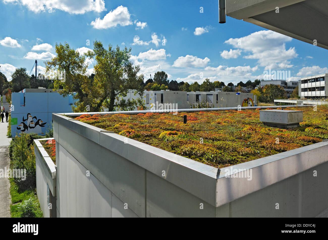 Casa con un techo plano de color verde en la antigua Villa Olímpica, Munich, Baviera Imagen De Stock