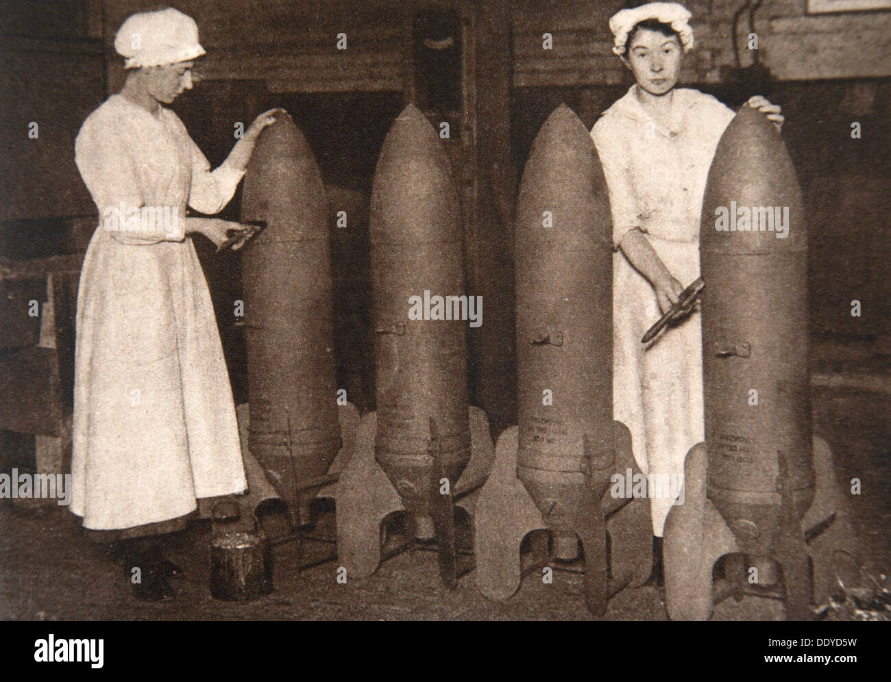 Las mujeres trabajadoras municiones poniendo una capa de pintura de bombas aéreas, la I Guerra Mundial, c1914-c1918. Artista: S y G Imagen De Stock
