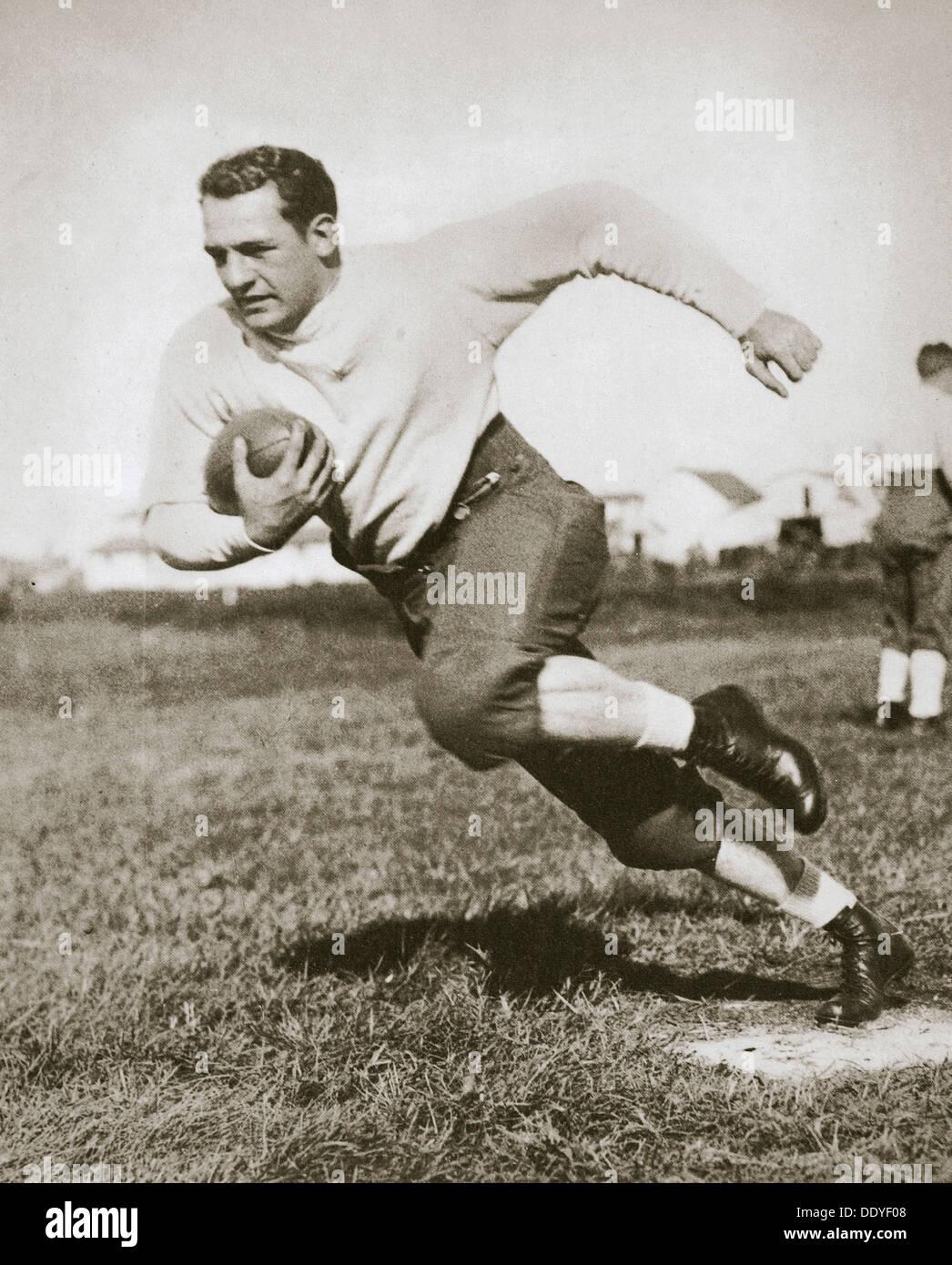 Harold Edward 'Rojo' Grang, jugador de fútbol americano, a mediados de 1920. Artista: Desconocido Imagen De Stock
