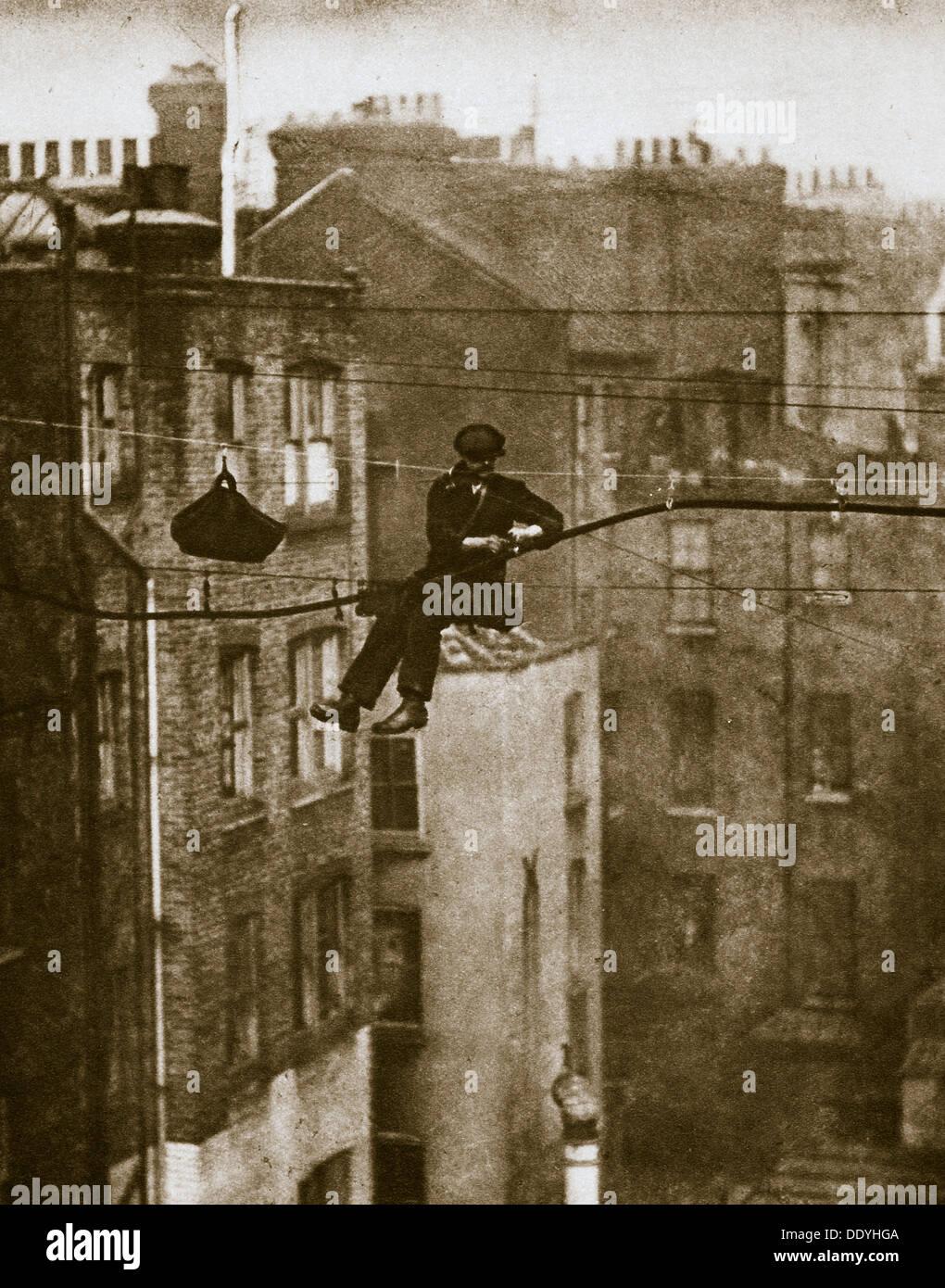 Inspección de un cable telefónico entre el conducto y Maddox calles, siglo XX. Artista: Desconocido Foto de stock