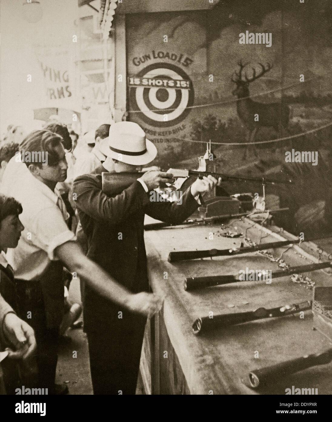 Galería de tiro en el parque de diversiones de Coney Island, Nueva York, Estados Unidos, 1930. Artista: Desconocido Imagen De Stock