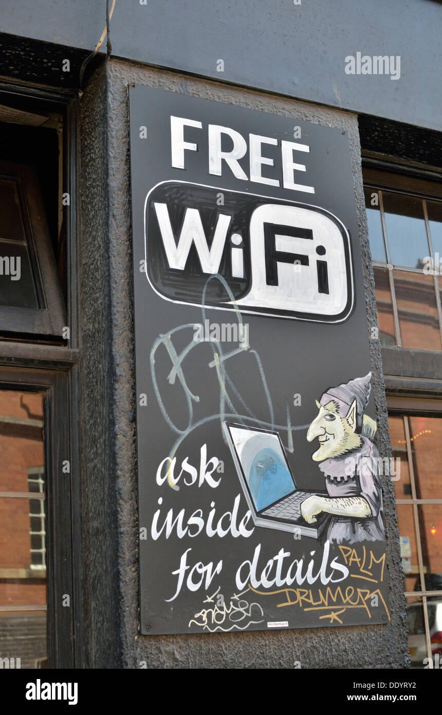"""""""Free Wi-Fi"""" signo fuera de un pub británico Imagen De Stock"""