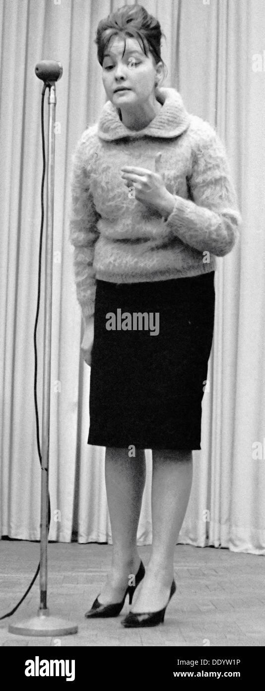 Bella Akhmadulina, poeta ruso, 1960. Artista: Anon Imagen De Stock