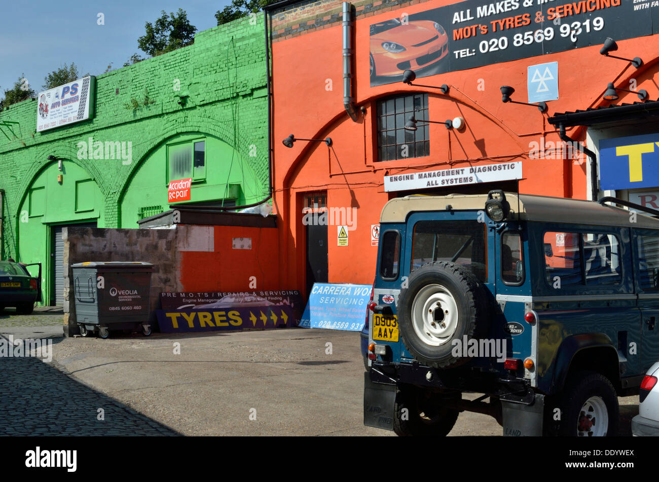 Garajes bajo arcos de ferrocarril, Brentford, Londres, Reino Unido. Imagen De Stock