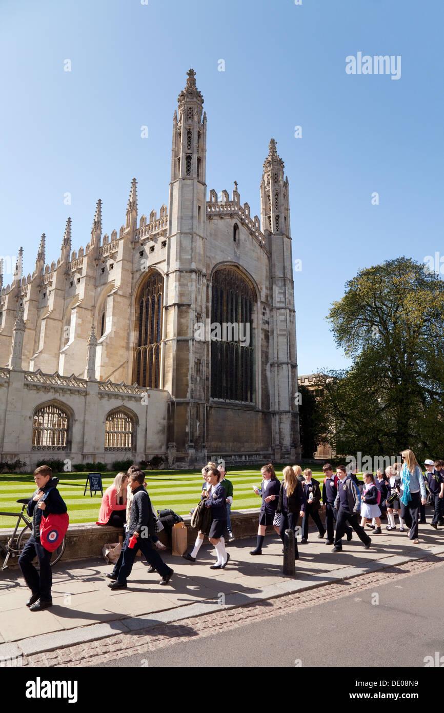 Los niños en un viaje escolar en la Capilla de King's College, Universidad de Cambridge, Cambridge, Reino Imagen De Stock