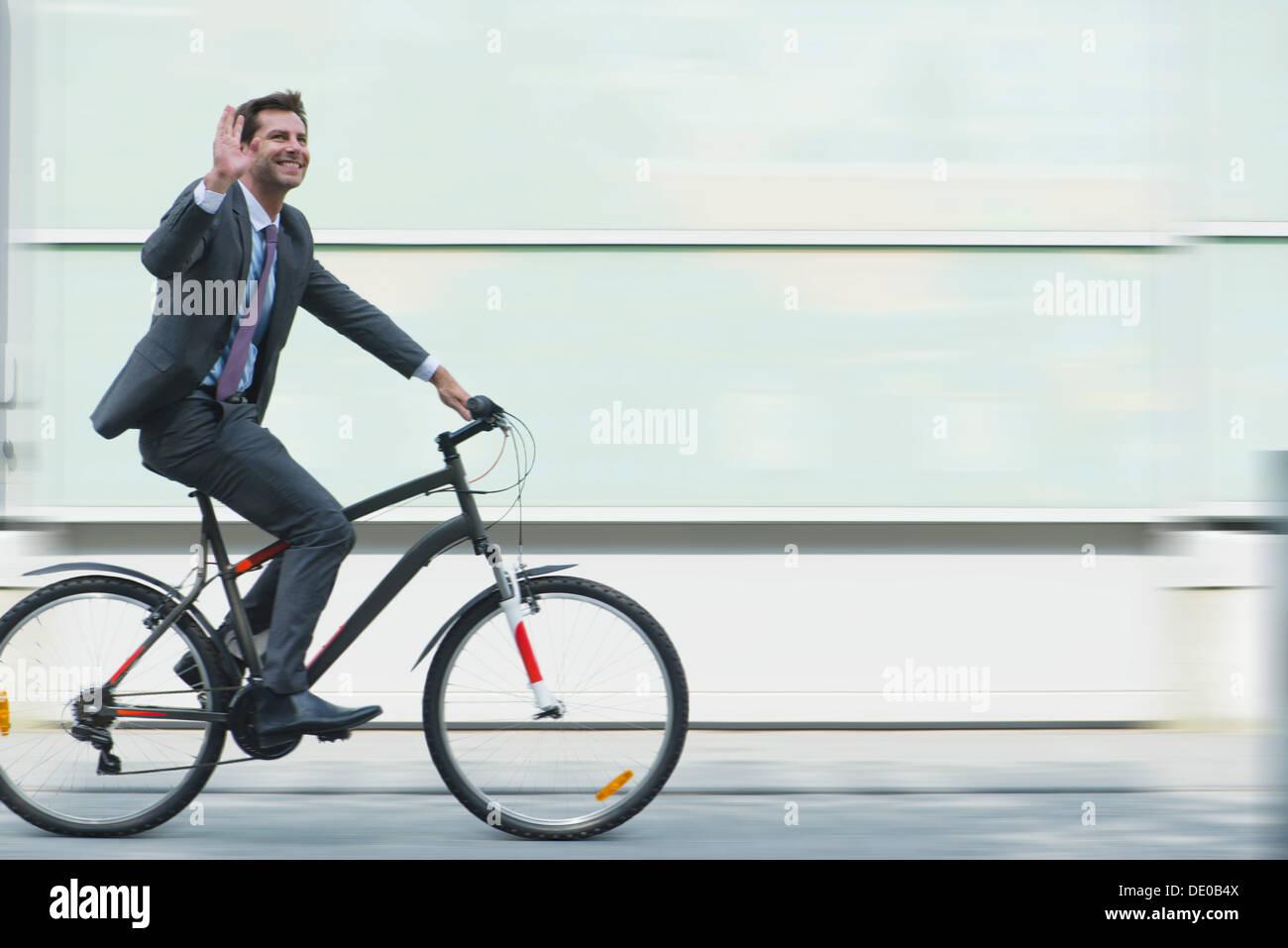 Empresario montando bicicleta Imagen De Stock