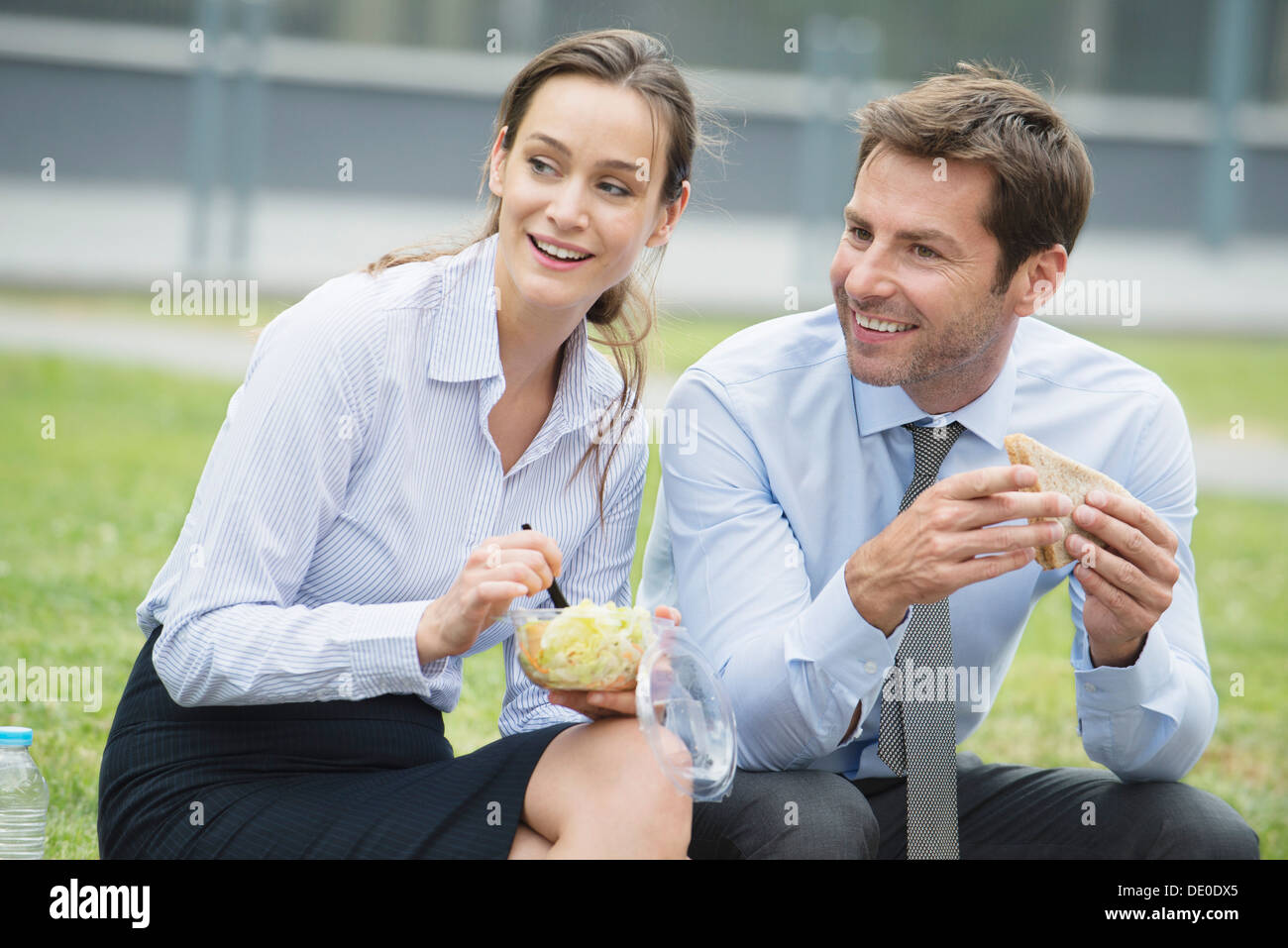 Compañeros de almorzar juntos al aire libre Foto de stock