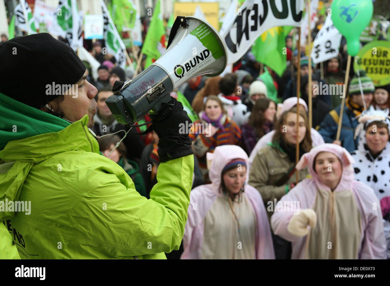 """Los ecologistas, los agricultores y los consumidores protestando con el lema """"Ya estamos hartos! Para una política agrícola diferente', Imagen De Stock"""