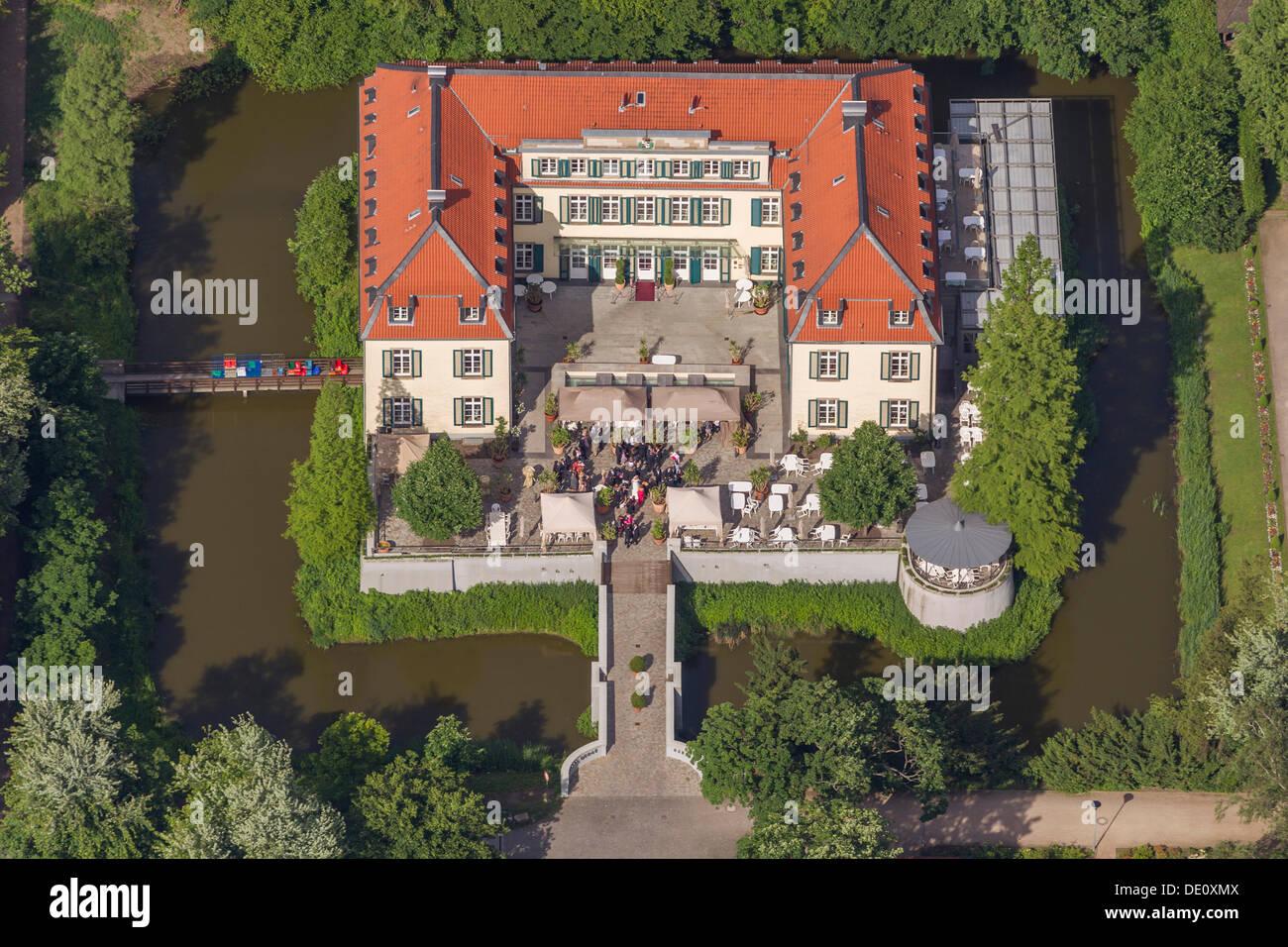 Vista aérea, una fiesta de boda en Berge moated castillo, Gelsenkirchen, área de Ruhr, Renania del Norte-Westfalia Foto de stock