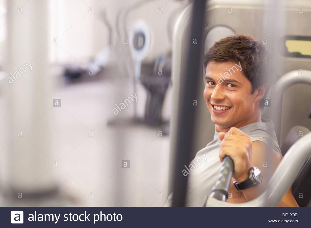 Hombre trabajando en el gimnasio Imagen De Stock