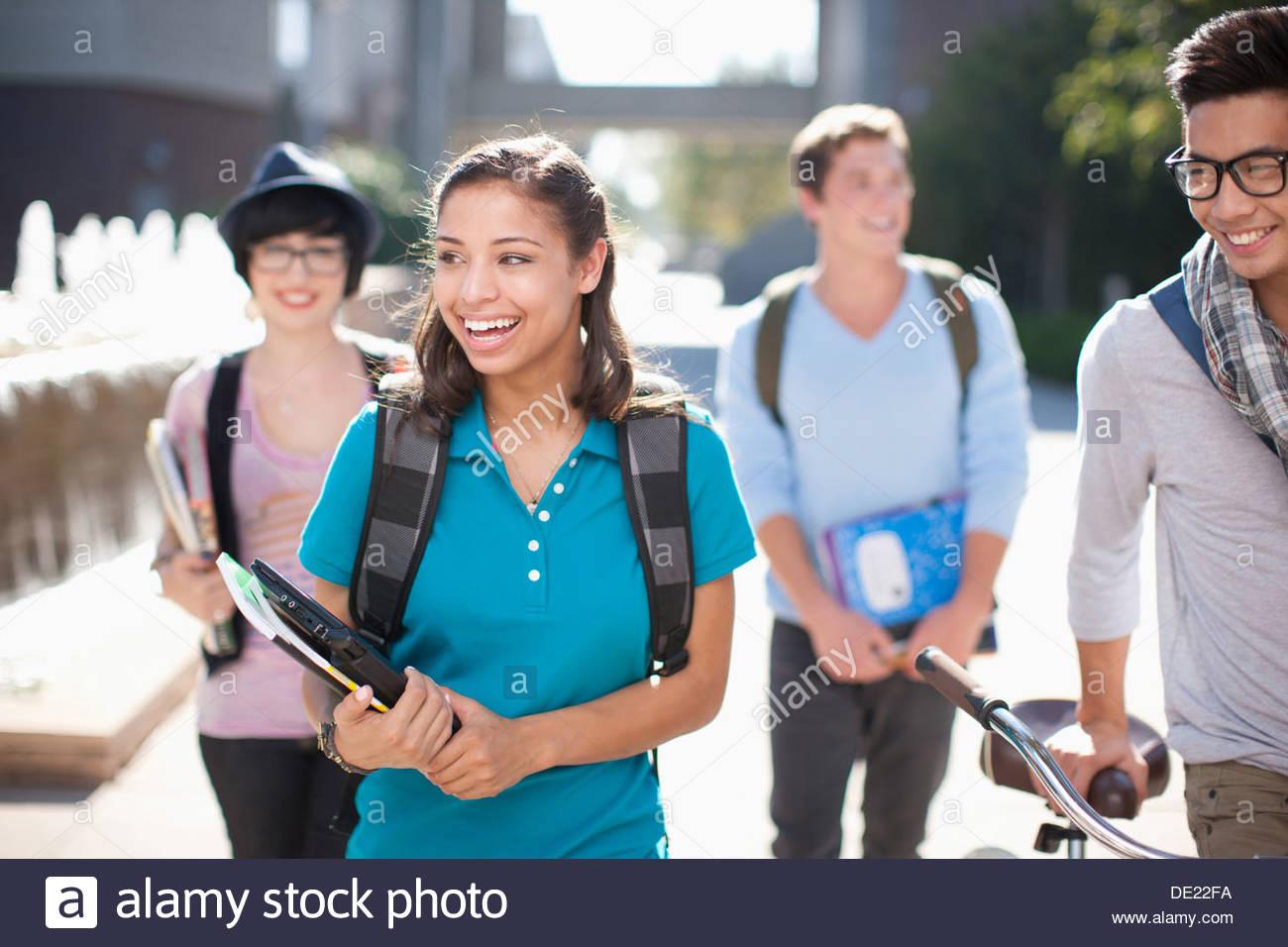 Los estudiantes caminando juntos al aire libre Imagen De Stock