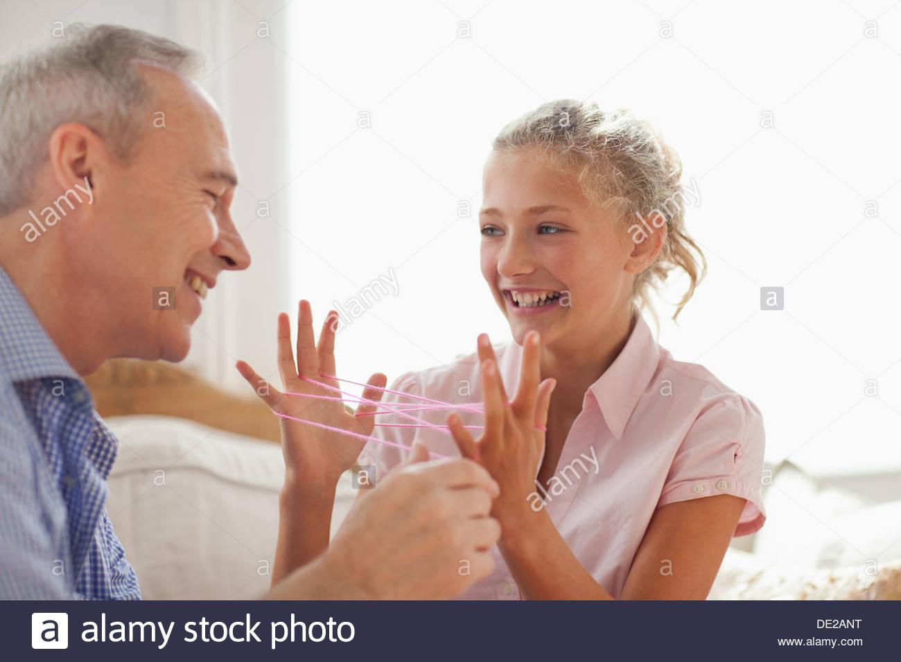 Abuelo y nieta jugando castcradle Imagen De Stock