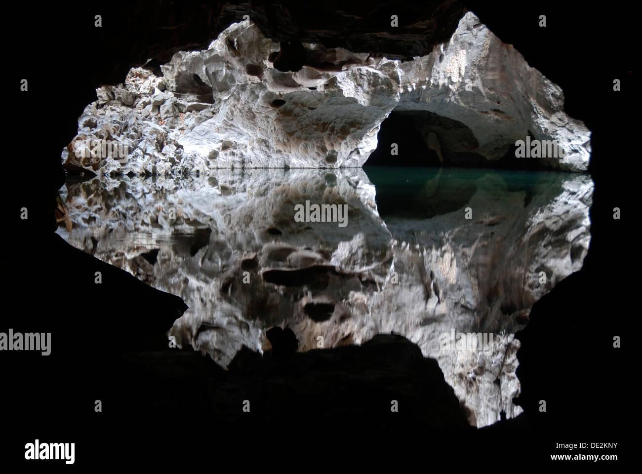 Espeleología, espeleología y tranquilo lago, la reflexión, el agua en el Tham Pha en Khammuan Incave Thakek, provincia Khammouane, Laos Imagen De Stock