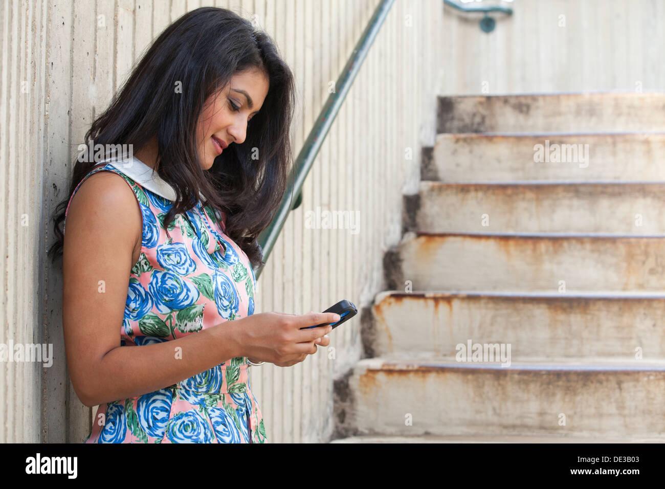 Mujer mirando su teléfono celular Foto de stock