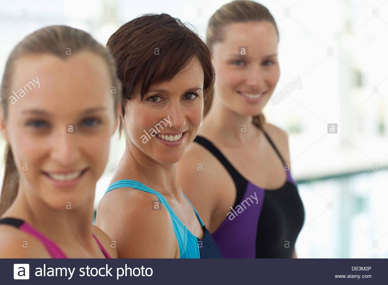 Retrato de mujer sonriente en una fila Imagen De Stock