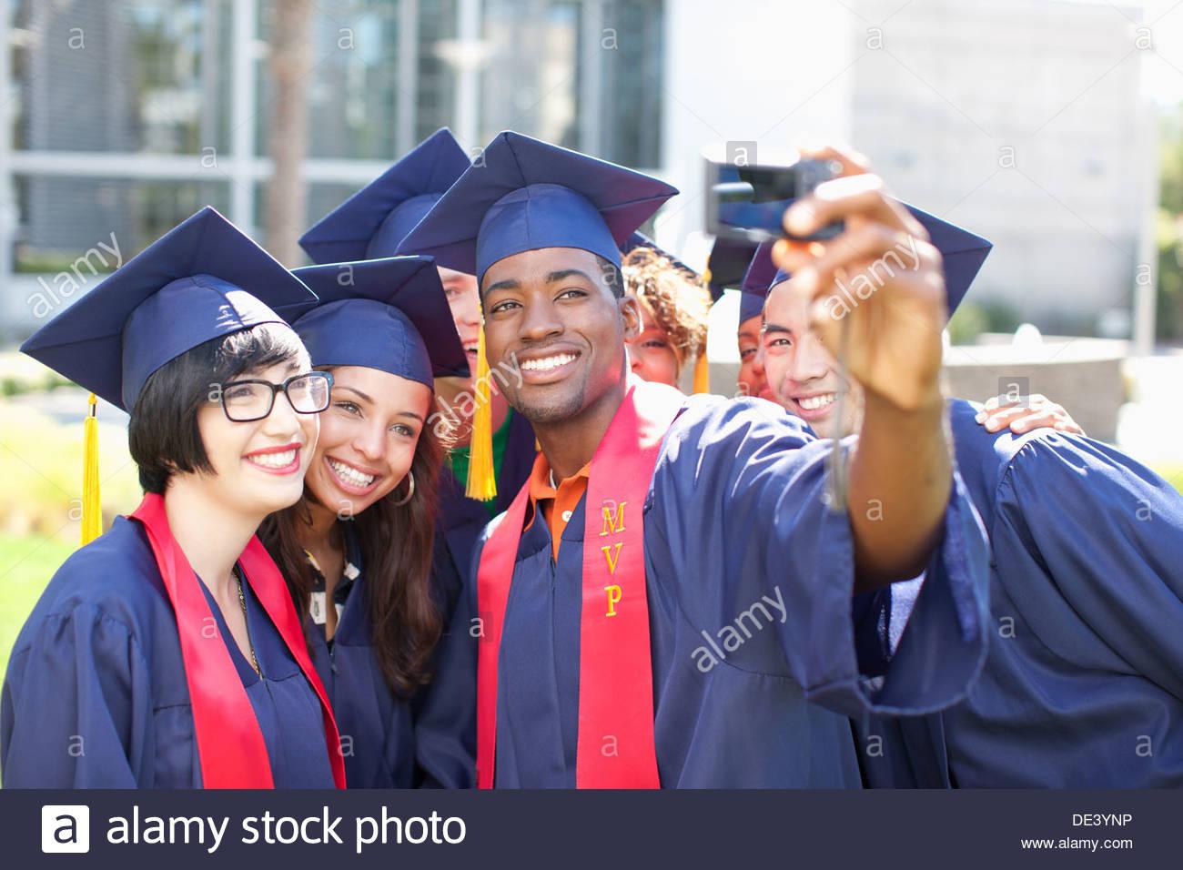 Graduados teniendo imagen de sí mismos Imagen De Stock