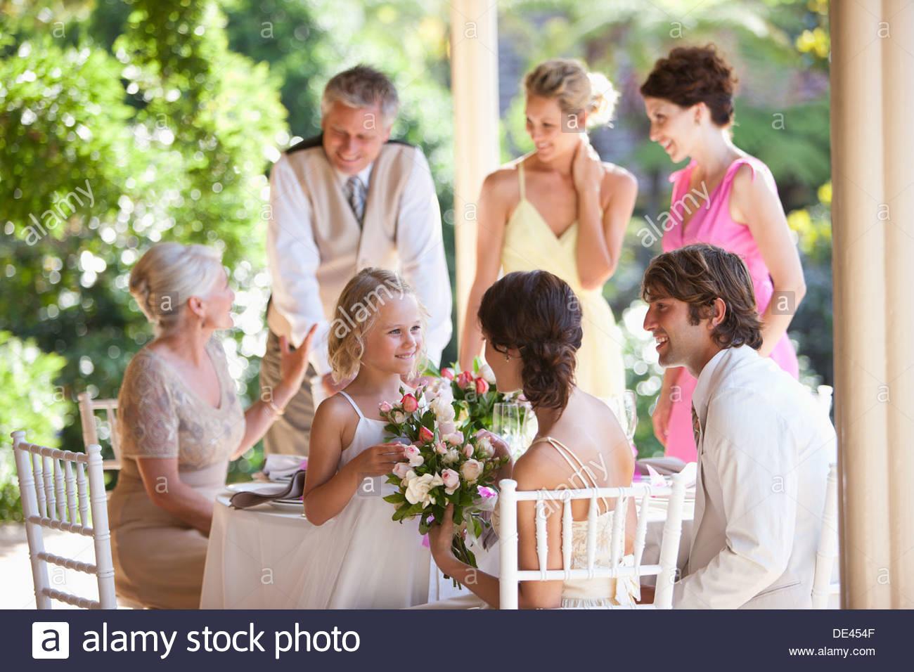 Familia celebrando en la recepción de la boda Imagen De Stock