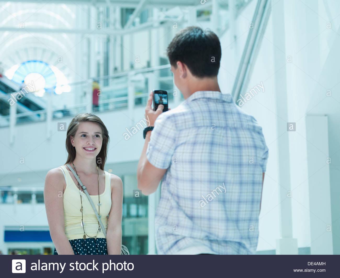 El hombre tomando la fotografía de la novia en el centro comercial Imagen De Stock