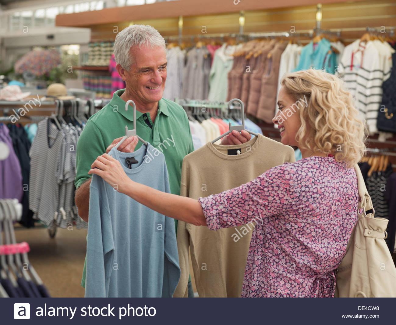 Par comprar ropa en la tienda Imagen De Stock