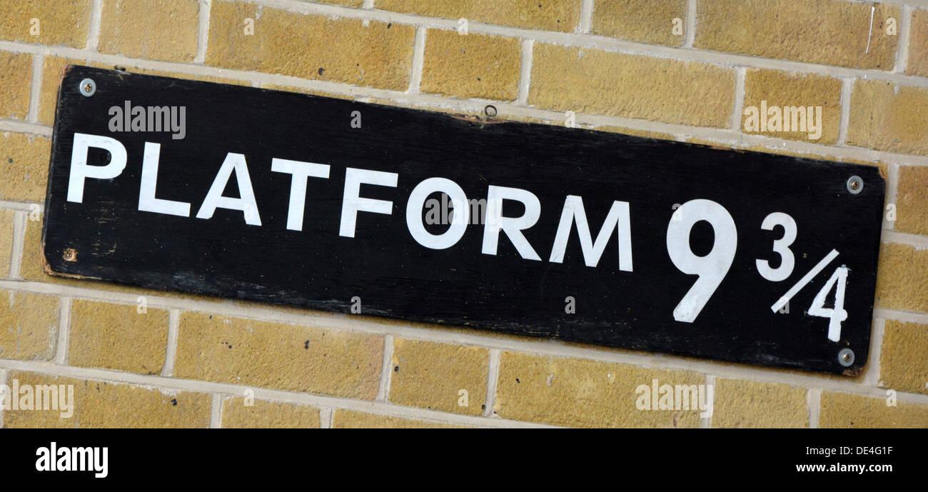 Firmar para la plataforma nueve y tres cuartos en la estación Kings Cross de historia de Harry Potter y ahora un punto de visita para ventilador fotos Londres England Reino Unido Imagen De Stock