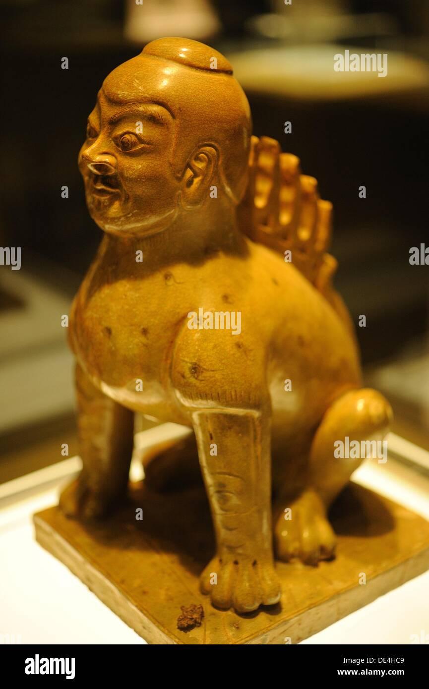 Cerámicas con cabeza humana y cuerpo de la bestia. Esta fue tomada dentro del Museo Provincial de Hunan. Imagen De Stock