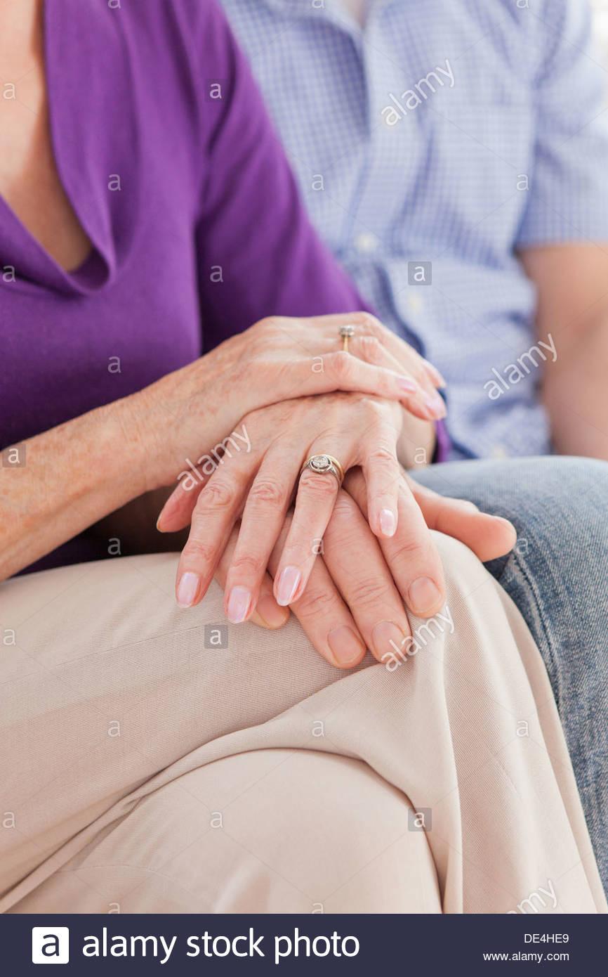 Cerca de alto par tocar manos Imagen De Stock