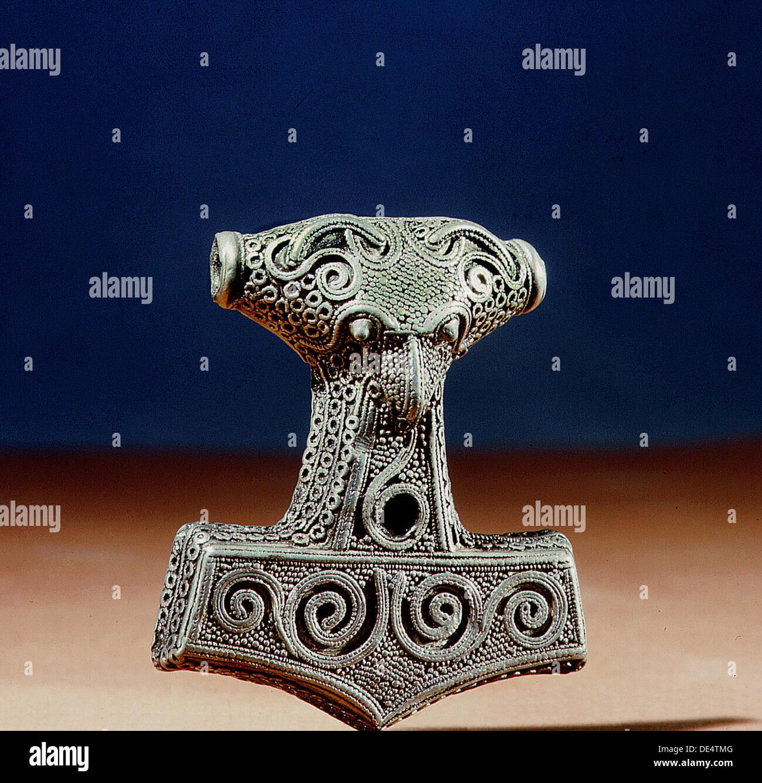 Amuleto en forma de martillo de Thor Mjollnir. Foto de stock