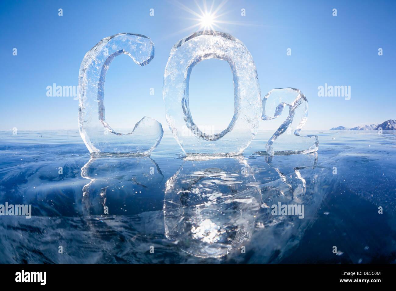 Fórmula química del gas de efecto invernadero dióxido de carbono (CO2) hecha de hielo en invierno el lago Baikal congelado bajo un cielo azul y los rayos solares Imagen De Stock