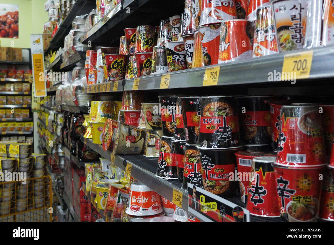 Corea del Sur: ramen (fideos) en hipermercado en Seúl Foto de stock