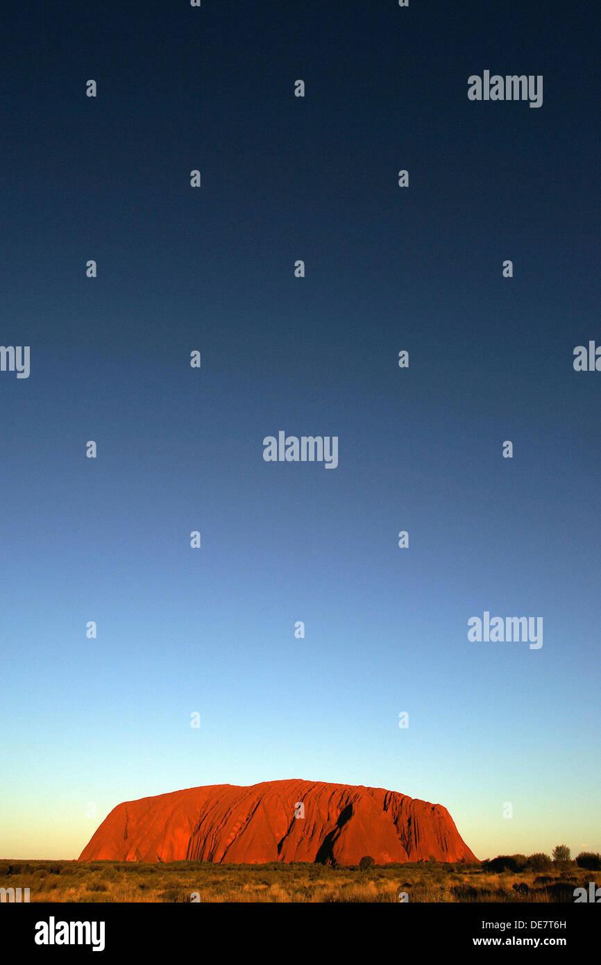Puesta de sol sobre Uluru Ayres Rock en Territorio del Norte en Australia Imagen De Stock