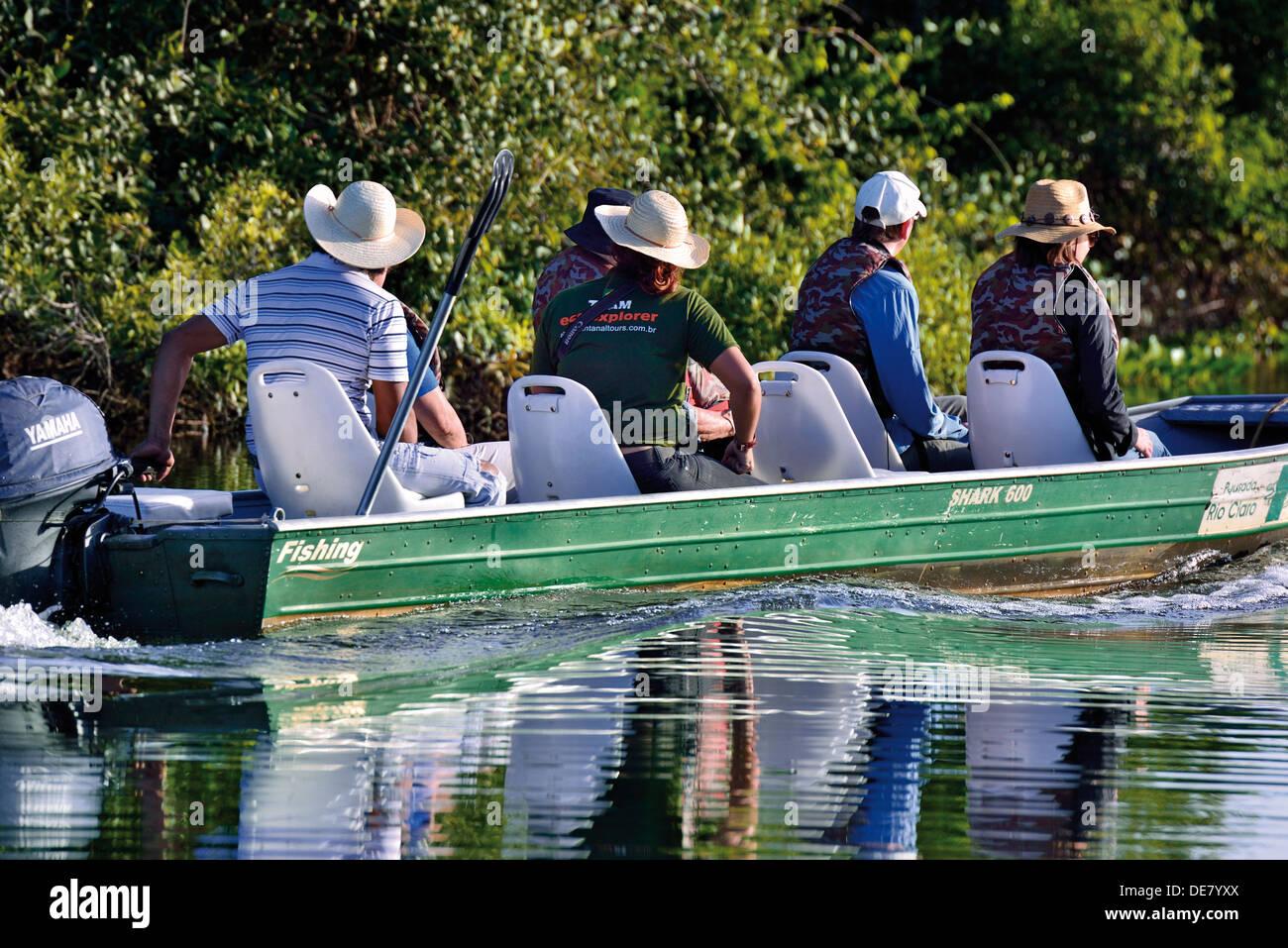 Brasil, el Pantanal: turistas en viaje en barco con la Pousada Rio Claro en Río Claro Imagen De Stock