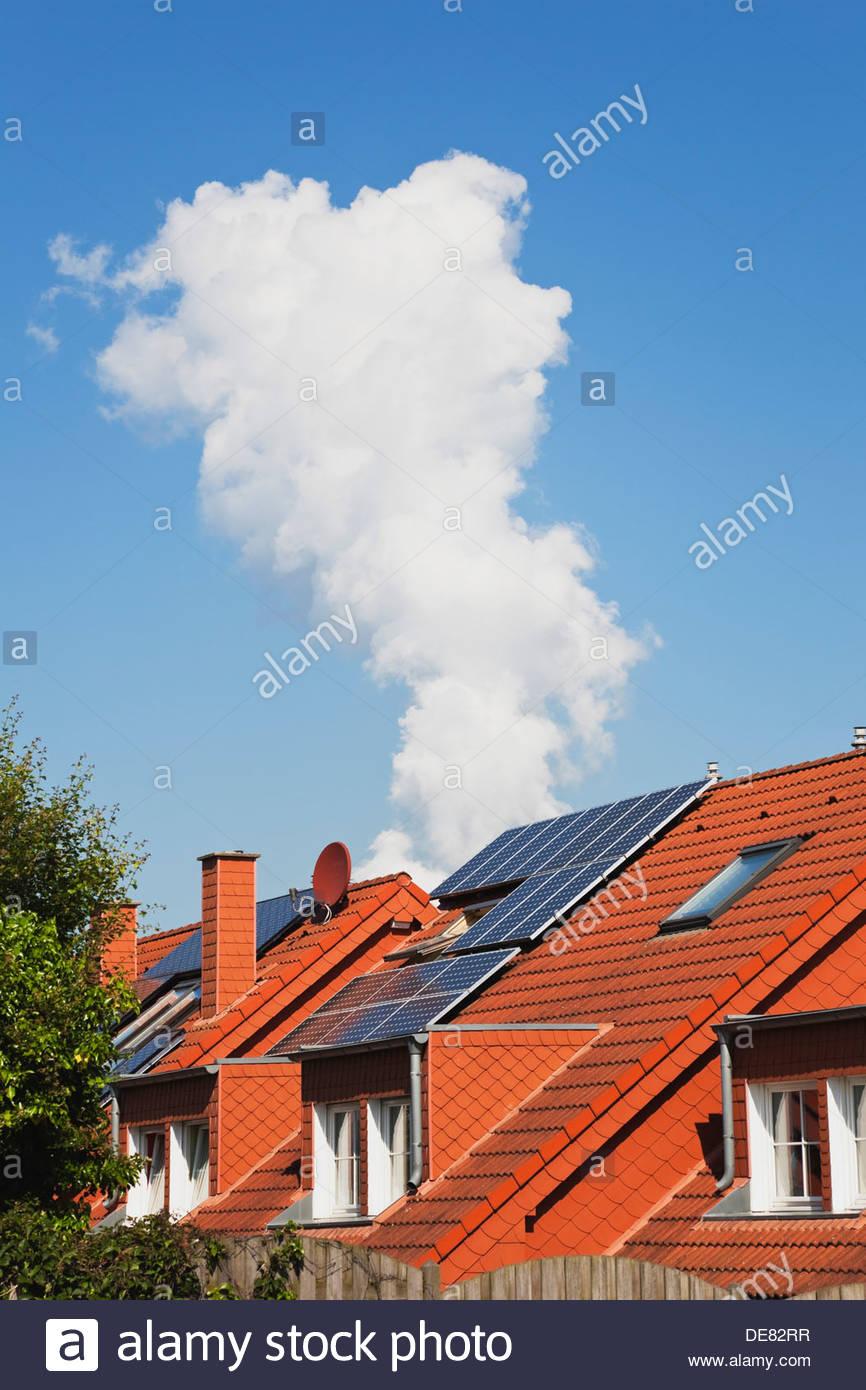 Alemania, en Renania del Norte-Westfalia, Paneles solares en la edificación residencial Imagen De Stock