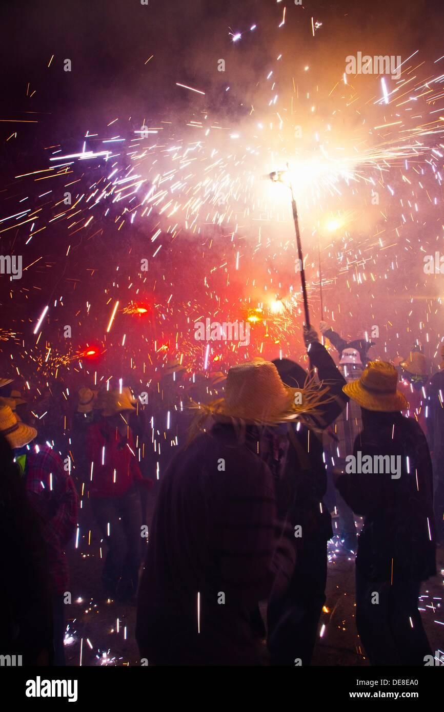 'Correfoc' el 16 de agosto y el festival tradicional catalana donde la gente vestida como demonios luz fireworks Imagen De Stock