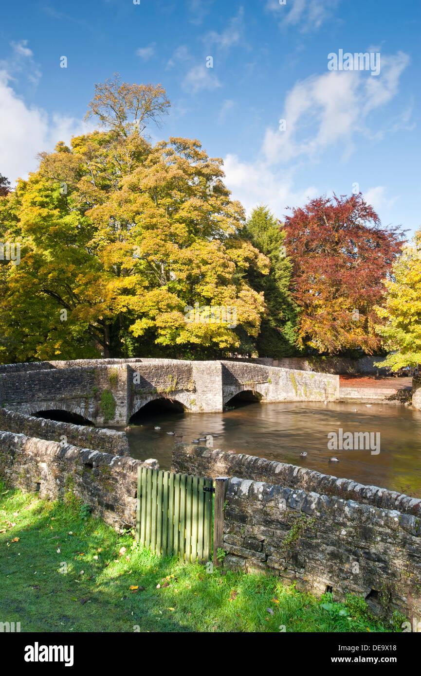 Ashford en la aldea de agua en otoño, Peak District National Park, Derbyshire, Inglaterra, Reino Unido. Imagen De Stock
