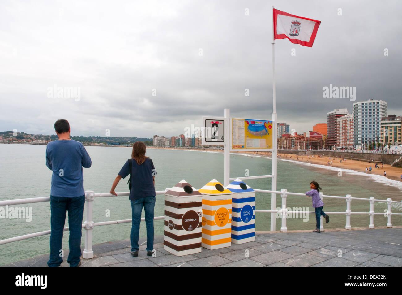 Familia en el paseo marítimo. Playa de San Lorenzo, Gijon, Asturias, España. Imagen De Stock
