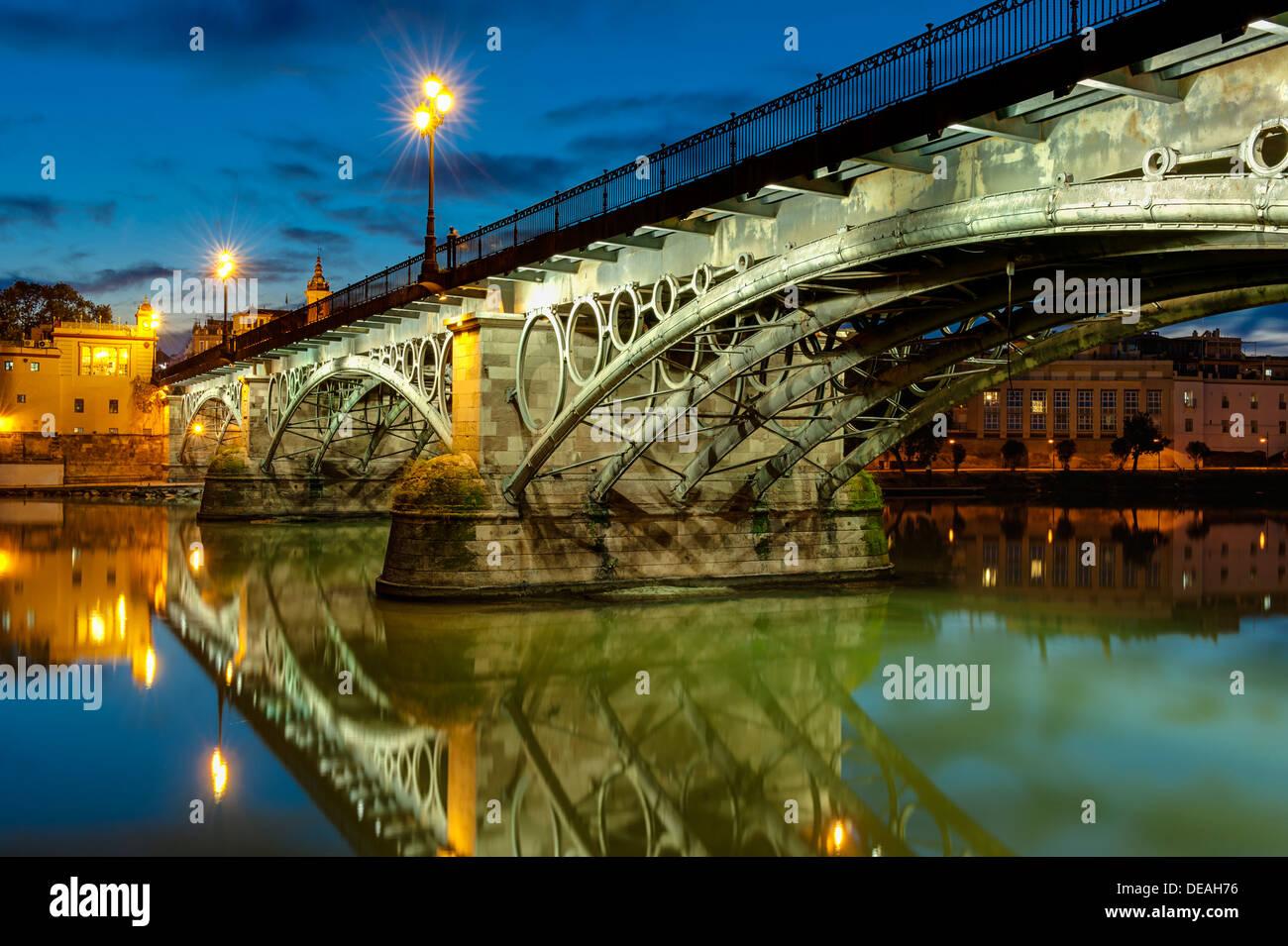Puente de Triana Sevilla En el crepúsculo Imagen De Stock