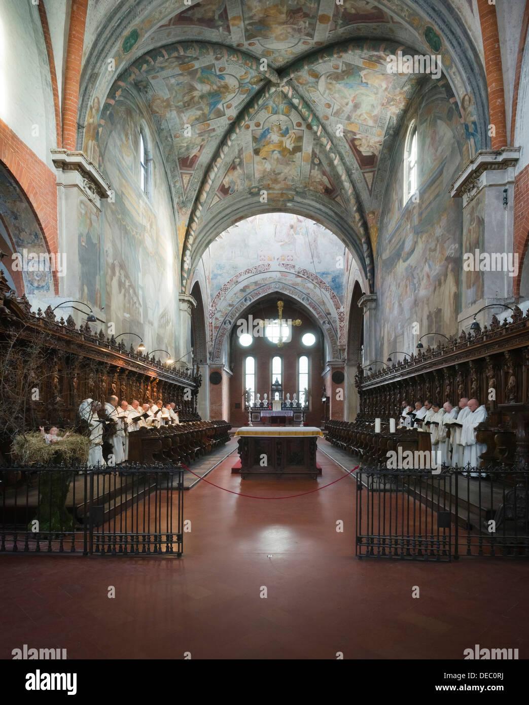 Los monjes cistercienses en oración en el Gótico de la Abadía de Claraval, Abbazia Claraval milaneses, Rogoredo, Milán, Lombardía, Italia Foto de stock