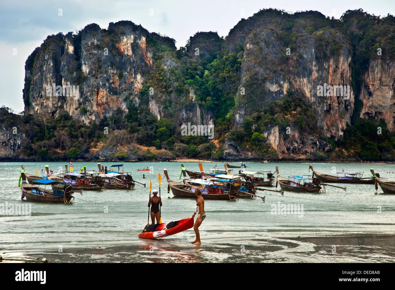 Coloridos botes de cola larga, Railay Beach, Krabi, Tailandia. Imagen De Stock