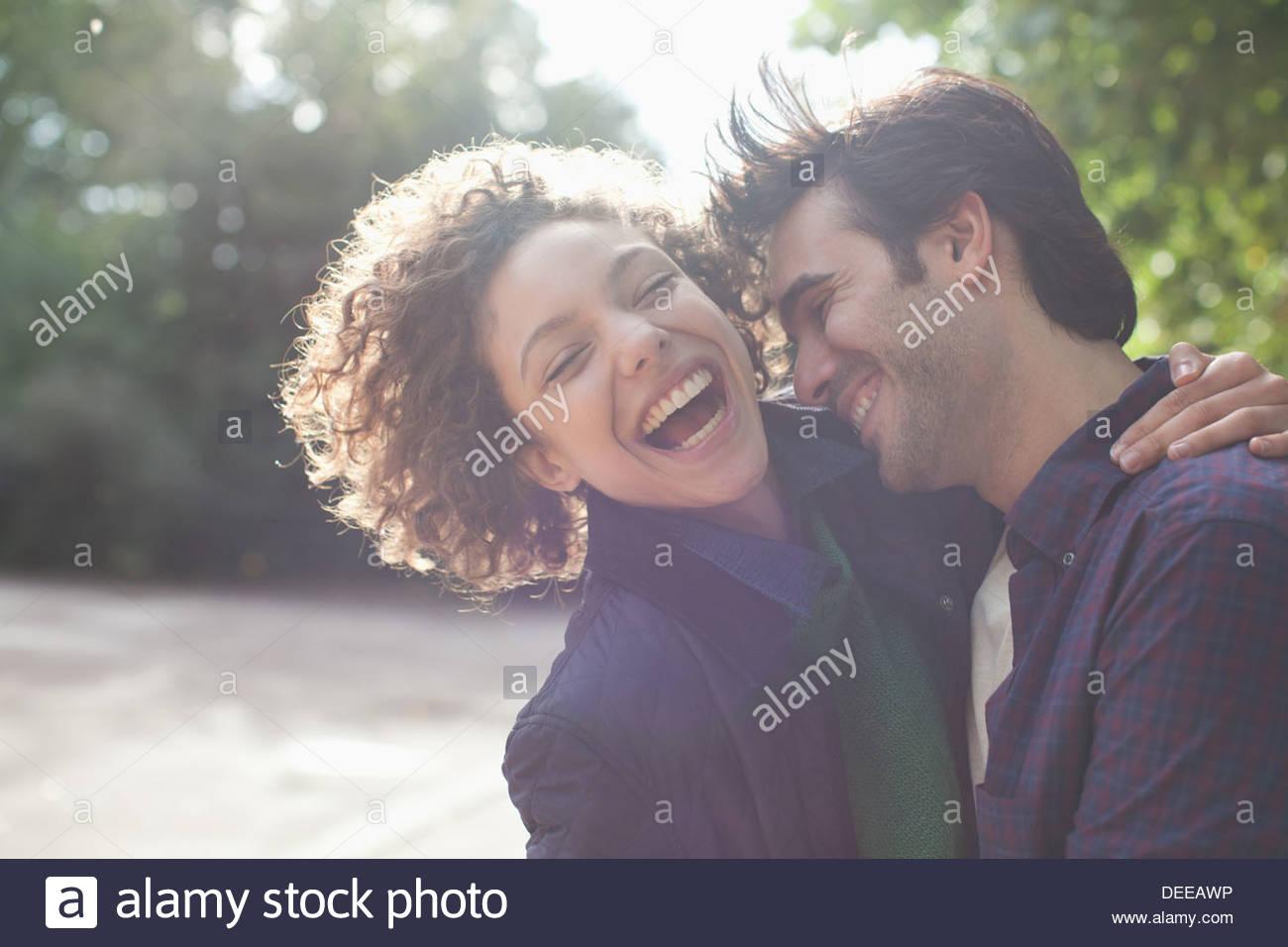 Cerrar hasta risa par abrazos Imagen De Stock