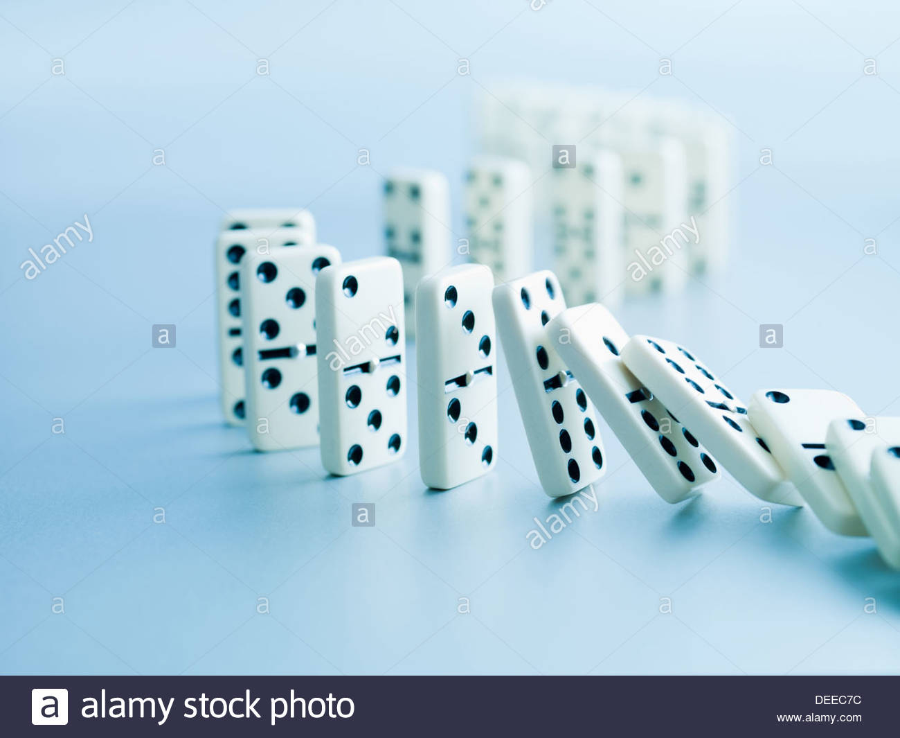 Fichas de dominó cayendo en una fila Imagen De Stock
