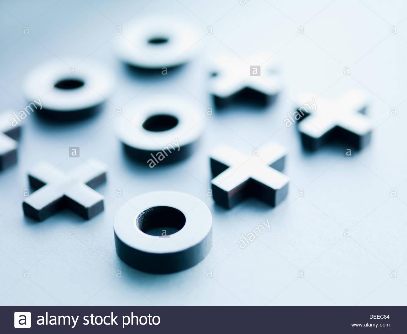 Metal tic-tac-toe piezas de juego Imagen De Stock